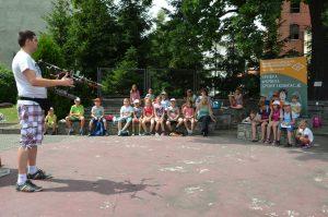 Dron został zaprezentowany uczestnikom półkolonii w Młodzieżowym Domu Kultury w Świdnicy