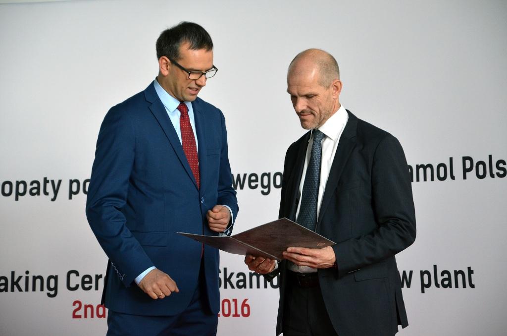 Krzysztof Drynda wiceprezes WSSE wręcza list gratulacyjny Jesperowi Kirkeby Hansenowi dyrektorowi generalnemu Skamol